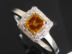Ring met square emerald cut diamond    fancy   deep brownish yellowish orangy  kleur   diamant & 28 briljanten  totaal 0.75 ct