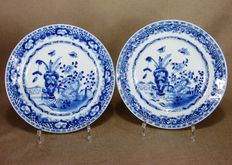 Two porcelain plates with images of a vase - China - 18th century