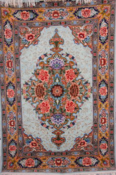 "Fine handmade silk and wool Persian Isfahan rug measuring 150 x 100cm (5'x3'3"")"