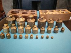 Lot of 25 calibrated weights - brass - 19th and 20th century