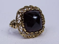 14 kt Gold and garnet ring – size 59