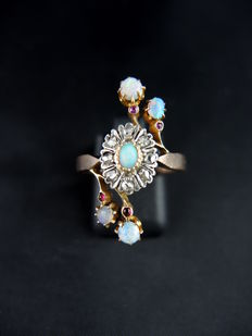 Ring set with diamonds and opals