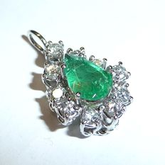 18 kt / 750 white gold pendant with 0.50 ct diamonds in brilliant cut + an emerald droplet of approx. 1 ct.