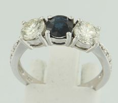 14 kt white gold ring with sapphire and brilliant cut diamonds