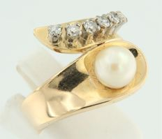 Yellow gold 18 kt wavy ring set with a cultivated fresh water pearl and 6 octagon cut diamonds, ring size 18 (57)