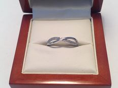 14 kt White gold ring with 48 brilliant cut diamonds, 0.24 ct in total, set in pavé E-F VVS