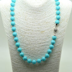 Necklace of Turquoise beads, with clasp in 18 kt gold.