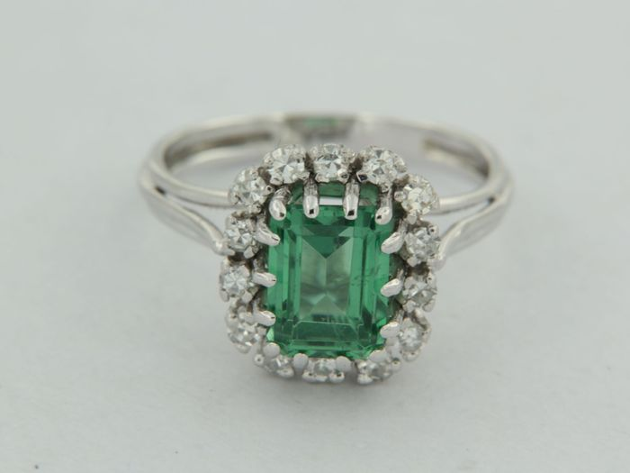 14kt white gold ring with green tourmaline and 14 single cut diamonds, ring size 16.5 (52)