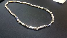 Necklace – 18 kt white gold with blue stone – 53.5 cm.