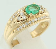 18 kt yellow gold ring centrally set with an oval cut emerald, surrounded by 32 brilliant cut diamonds, ring size 18.5 (58)