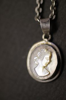 Women's necklace with cameo