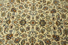 Fine Persian carpet Kashan 4.10 x 2.82 cream, hand woven in Iran, high quality new wool, great condition. Orient carpet, signed.