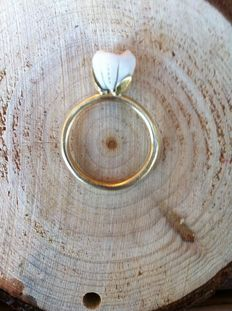 Matte gold ring / silk matte, with porcelain flower with brilliant in white gold setting