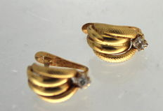 18 kt gold earrings inlaid with zirconia.