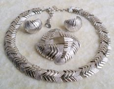 Vintage Signed MONET Silver Tone Textured and High Polished Clip On Earrings Pin Brooch Choker Necklace Jewelry Set