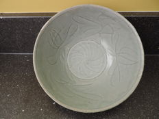 Celadon Bowl with flower motifs - China - Song dynastie  ( 960 - 1279 )
