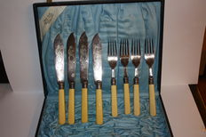 Cutlery set of four knives and four forks, in silvered metal and handle in bone, finely decored, in their original case - Germany, first half of 20th century