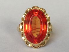 Bague en or avec saphir orange