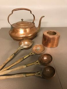 Copper kettle, baking tin and a set of four spoons