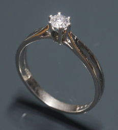 White gold ring with solitary diamond