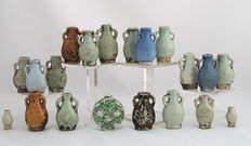 20 miniatuur vaasjes / snuff bottles - China - 19e en  begin 20e eeuw