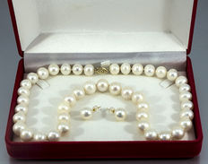 Necklace and ear studs made of cultivated pearls of 9.3 to 10.3mm in diameter with a 14kt yellow gold clasp; no reserve price