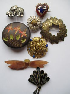 Collection of 8 vintage brooches.