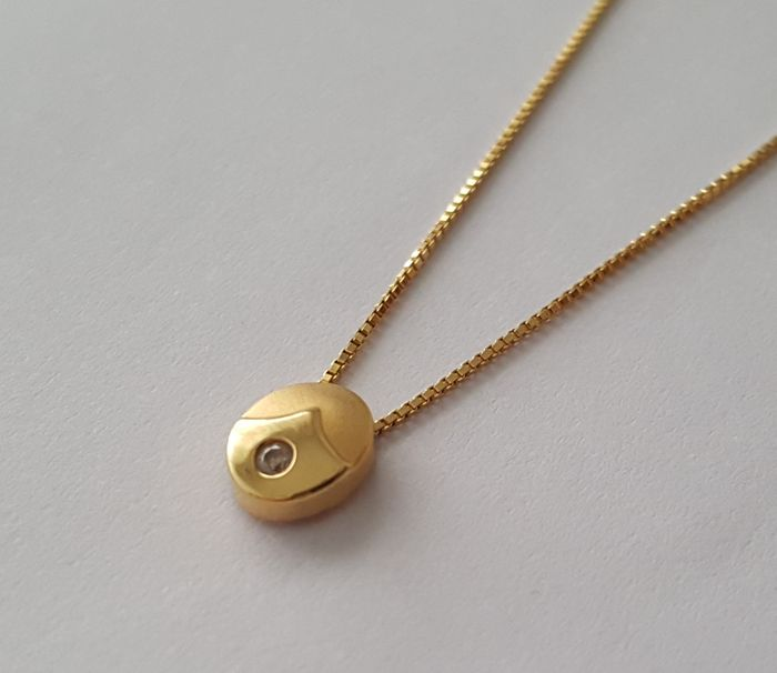 18 kt gold chain composed of Venetian links and round pendant.