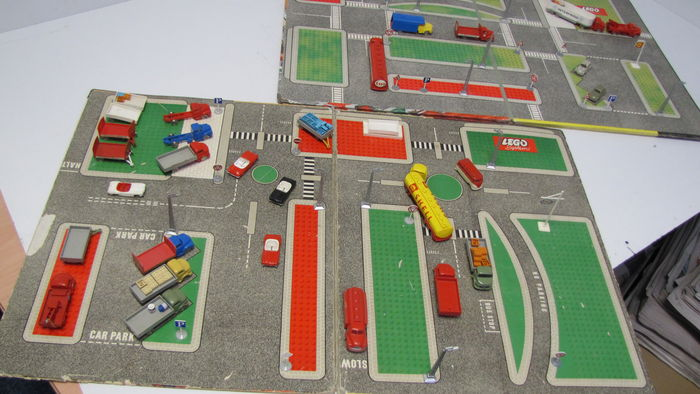 HO 1:87 Vehicles - 810/4 + 810/2 - Town Plan - UK, Cardboard box + Town Plan - Continental European + cars + traffic signs