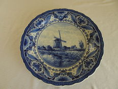 Porceleyne Fles - Large wall plate (41cm) depicting a Dutch landscape with, among others, a mill.