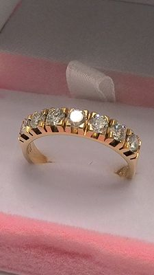 Gorgeous 18 kt gold ring with 7 diamonds totalling 0.70 ct—VVS1