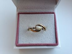 14 kt gold ring with small tooth