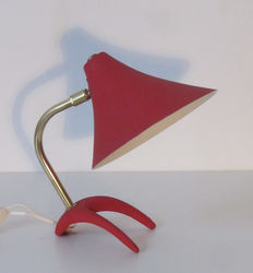 Unknown designer - Mid-century red metal and brass table lamp with a crow's-foot