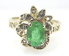 Yellow Gold ring with diamonds and an emerald