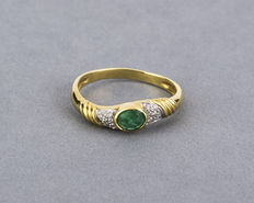 Yellow gold ring with brilliant cut diamonds and oval cut centre emerald – Ring size 16.5
