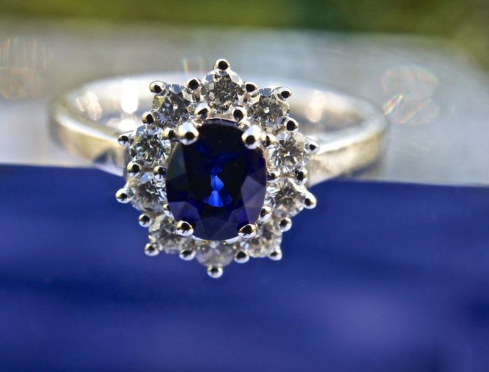 Ring with oval sapphire of 0.82 ct mounted on a ring in 18 kt white gold and with diamond entourage of 0.40 ct