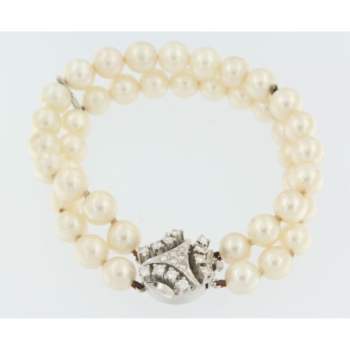 Pearl bracelet with freshwater pearls and a 14 kt white gold clasp with diamond, 0.90 ct, length 19 cm.