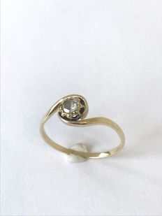 Classic wavy ring made of yellow gold set with a rose cut diamond of approx. 0.13 ct
