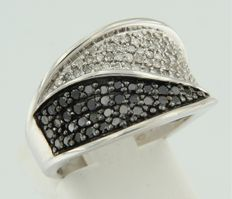 14 kt white gold ring, set with white and black diamonds, approx. 1.50 carat in total, ring size 17.25 (54)