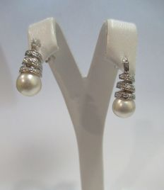 Earrings in 18 kt gold with diamonds and pearls – height: 19.5 mm
