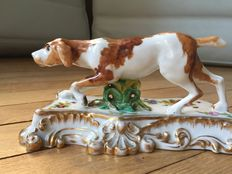 Jacob Petit - Pointing dog, porcelain.