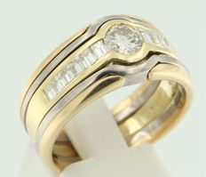 18 kt bicolour gold ring set with baguette and brilliant cut diamonds – Size 61