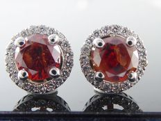 White 18 kt gold earrings set with intense fancy dark red colour diamonds of 1.40 ct in total.