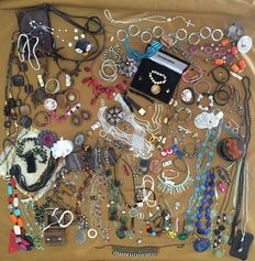 More than 180 items of property liquidation brooches, rings, bracelets, necklaces, old rare finds, ancient coins ,clock, including the silver,pearls, hematite, coral, agate,, etc.