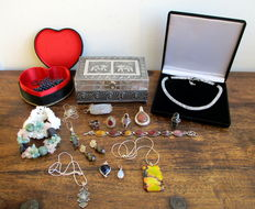 Collection of jewellery i.a. 925 silver rings, pendants, necklaces, bracelets, and gemstone pendants & necklace