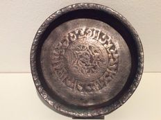 A small copper tray with engraved Islamic text - Seljuk empire (Turko-Persian empire) - 12th-14th century (Seljuk dynasty)