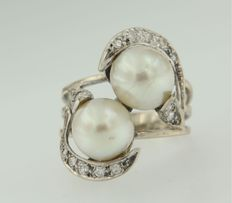 White gold 14 kt ring set with 2 cultured freshwater pearls and 16 pieces of octagon cut diamonds