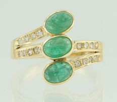 18 kt yellow gold ring set with three cabochon cut emeralds and 16 brilliant cut diamonds - ring size 16 (51)