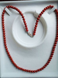 Red noble coral necklace - first half of the 20th century.