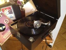 Gramophone Columbia Viva-Tonal model Nº 211 H in excellent condition,  year 1948 . With needles and record